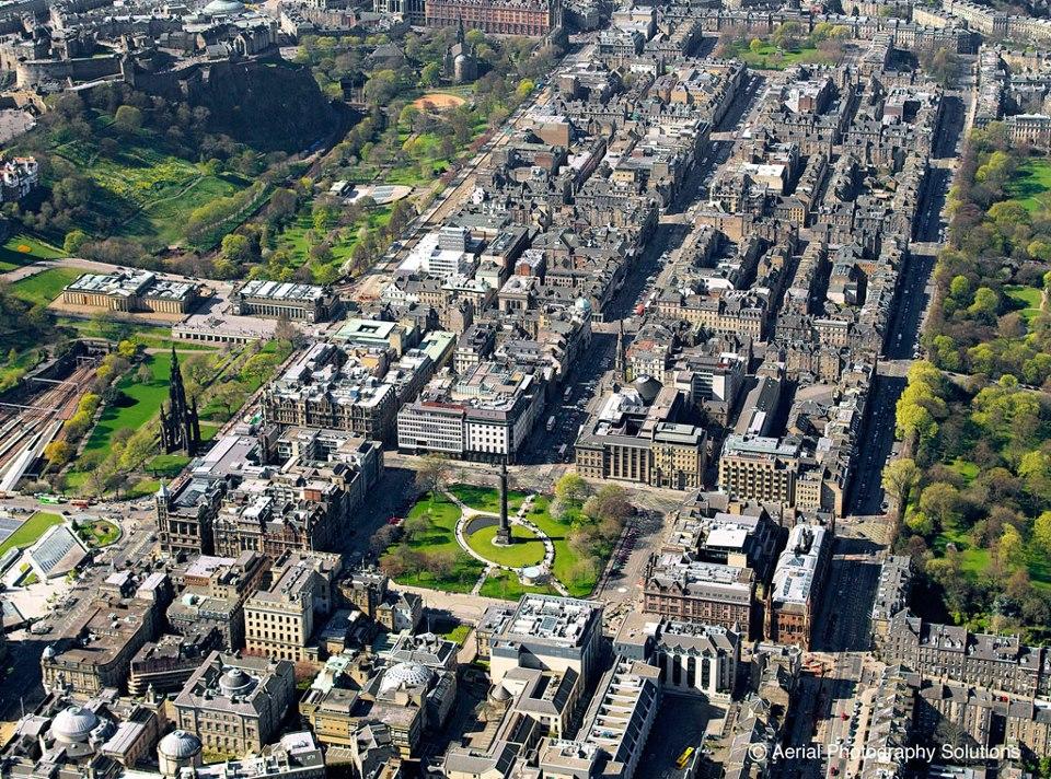 La New Town a vista de pájaro. ¿Reconoces los lugares visitados? © Aerial Photography Solutions: http://bit.ly/VH3WkP